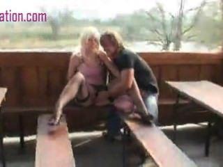 Mädchen saugen Hahn und immer Pussy im Park gefickt