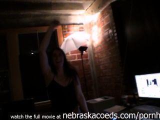 Partymädchen Berühmtheit Tochter ausziehen, während sie betrunken unterirdisch durchgesickert