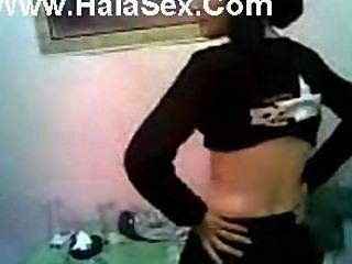 arabisches hijab Mädchen blinken