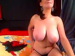 Amateur Brünette reife große natürliche Brüste Masturbieren