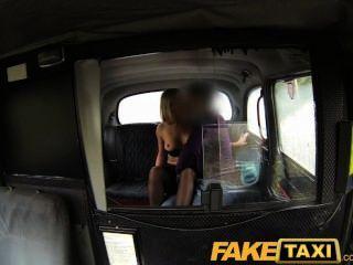 faketaxi Blondine hart gefickt zweimal an einem Tag