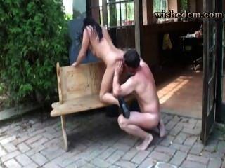 Frau gab ihr Mann auf der Veranda
