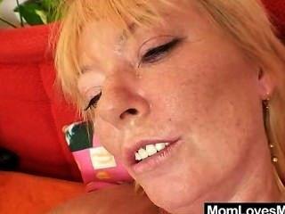 wollig wird Milf von unordentlichen blonde Mama gespielt