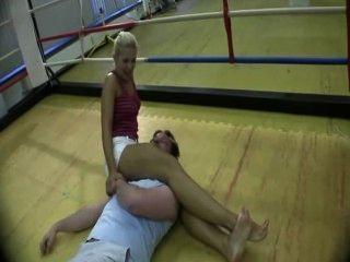 heiße Blondine ihre tödliche Hals Squeeze zeigt