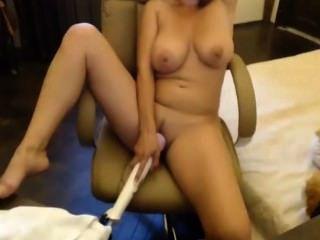 MILF mit großen Brüsten Masturbieren