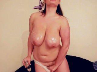 big boobed mollig Babe bekommt mit Babyöl chaotisch