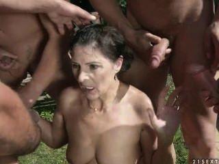 goldene Dusche für schmutzige Oma Margo # 1