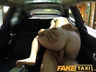 faketaxi posh Frau zahlt gutes Geld für einen Fick