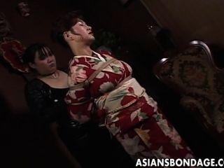Japanische MILF im Kimono wird gefesselt