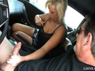sexy MILF Ruckeln im Auto