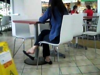 offen asiatische Füße Shoeplay baumelnden Wohnungen