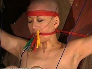 Zeh gebunden asiatischen Bondage Babe kumis Fußfetisch und heißem Wachs bdsm orientalischer