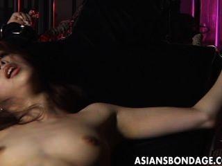 sexy Mädchen wird von großen Maschine gefesselt und gefickt