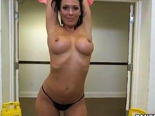 rachel starr wird ein sehr sexy Striptease gefangen geben