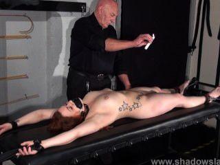 Amateur-Slave-louise in Tit Bondage und heißem Wachs Strafen Verlies Rack