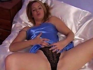 Blondine hat Spaß mit sexy blauen Satin Nachthemd