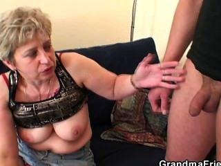 Oma nimmt zwei Schwänze nach Masturbation