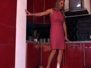 Füße in der Küche
