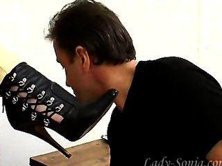 Diener leckt Stiefel für die reife Geliebte.