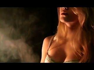 mika Rauchen und baumelnden