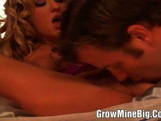 junge Blondine in den Arsch gefickt und bekam ein cum