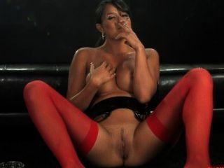 sasha Rohr Rauchen und masturbiert