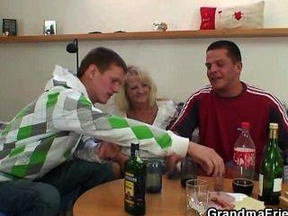 Party Jungs schrauben betrunken blonde Oma