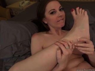 scarlett Faye saugen ihre Füße
