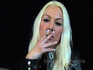 Rauchen Mädchen in Lederhosen