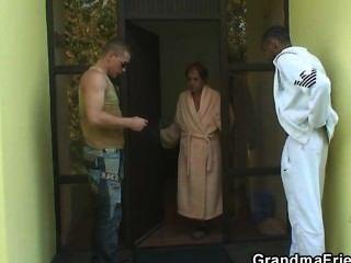 zwei Jungs für 3some mit alten Hündin eingeladen