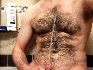 einen Brunnen Pisse auf meine behaarte Brust Spritzen