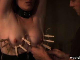 sie wird ausgepeitscht und ihre Brustwarzen gebunden sind