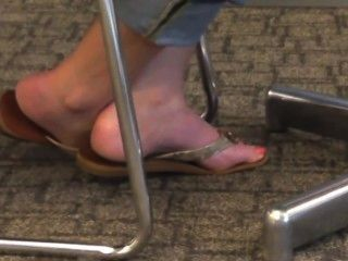 offen blonde Füße und Zehen in Flip-Flops
