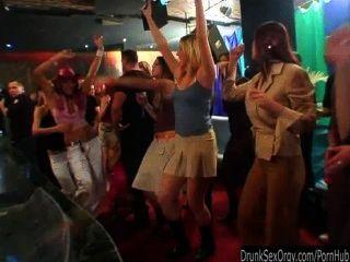aufgeregt Partei Küken saugen Schwänze in der Club-Orgie