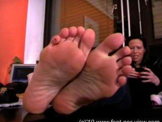 nina Fuzzy-Socken und Füße