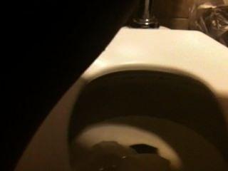 in der öffentlichen Toilette pissen 1