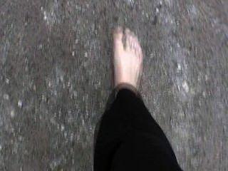 barfuß Mädchen in der Stadt zu Fuß - 1