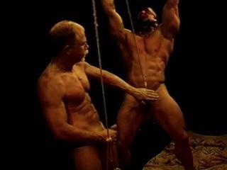 Ich habe eine riesige Bodybuilder in Knechtschaft, während ich seine Bälle einschlagen.