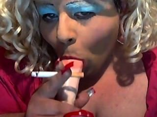 Sissy diane liebt und saugen zu rauchen