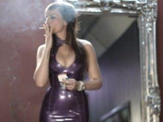 Mädchen rauchen starke Zigaretten in lila Latexkleid