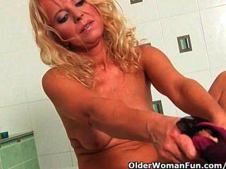 über 50 Oma in Lust masturbiert im Badezimmer