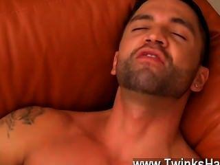 sexy Homosexuell Dominikus arbeitet ihr ängstlich Ficklöcher mit seiner Zunge über,