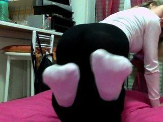blonde italienisches Mädchen weiße Socken Riechen