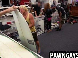 Surfer großes Stück versucht, einen Deal im Pfandhaus zu machen