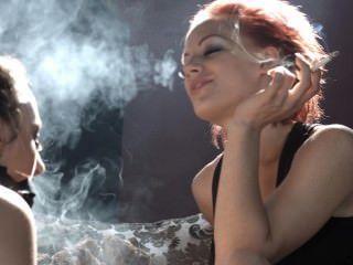 loulou dominiert Unter belle mit ihrem Rauch und macht sie ihre Herrin bitte