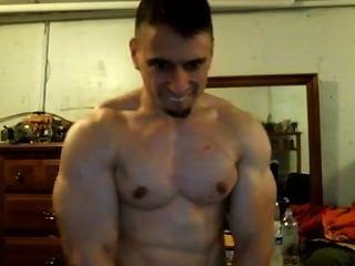 tony d-großspurig Bodybuilder flexs seinen Bizeps und fordert Sie ihn einige zu schicken