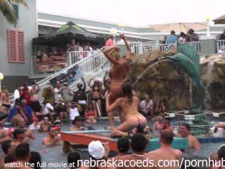 Dieses tropische Resort-Pool-Party ist gerade warm