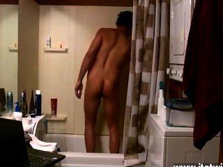 erstaunlich Homosexuell Szene einige Gefährten die Wichse in der Dusche, andere Schlaganfall singen