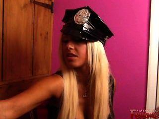 blonde Polizistin michelle Rauchen