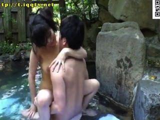 Open-Air-Thermalbad mit Titten mrs gemischt. Legion! aus Handtüchern ausgesetzt